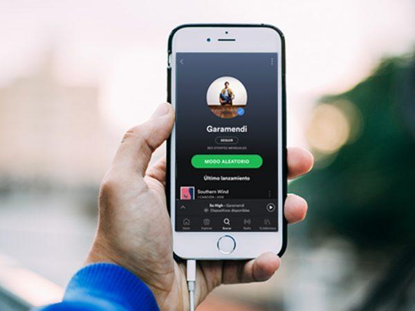 Teléfono móvil con Perfil de artista en Spotify